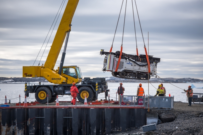 Loading the drilling rig onto the barge